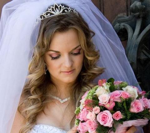 Прически на свадьбу для длинных волос с фатой